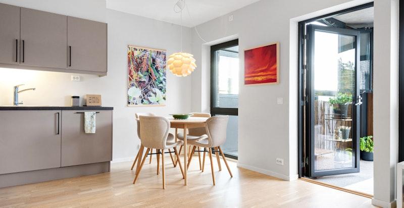 Innvendig har boligen en gjennomgående god og tidsriktig standard med flotte detaljer.