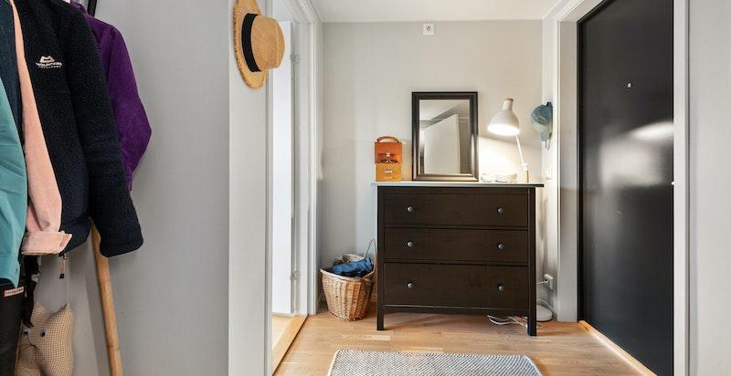 Lys og hyggelig entré med plass til oppbevaring av sko og yttertøy.