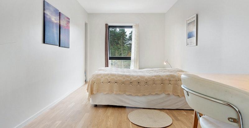 Soverommet er av god størrelse med plass til dobbeltseng med tilhørende møblement, kontorløsning og det man måtte ha behov for.