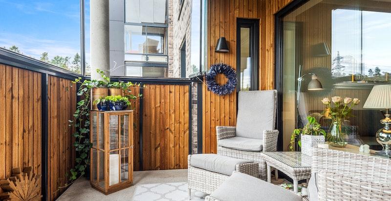 Fra stuen er det utgang til en hyggelig balkong med god plass til diverse utemøblement.