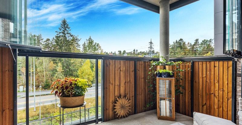 Balkongen er innglasset med mulighet for å åpne helt.