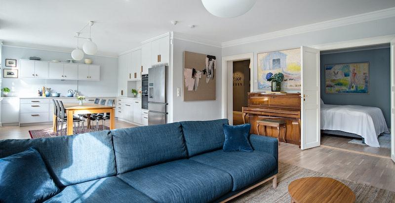 God plass til sofagruppe samt spisegruppe i den rommelige og lyse stuen