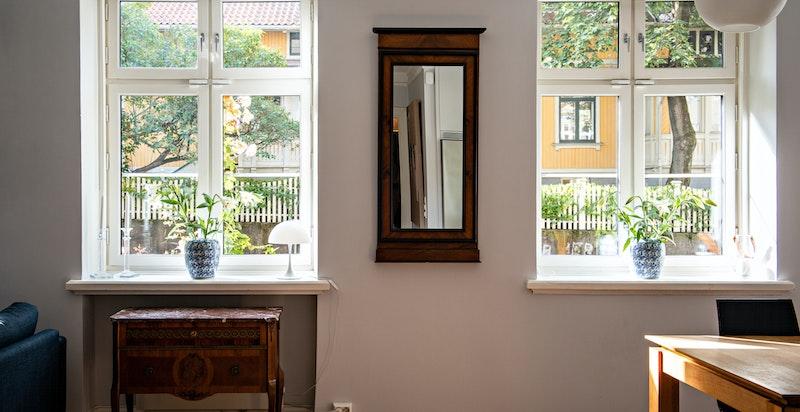 Høye vinduer gir mye lys. Klassiske dype vinduskarmer.
