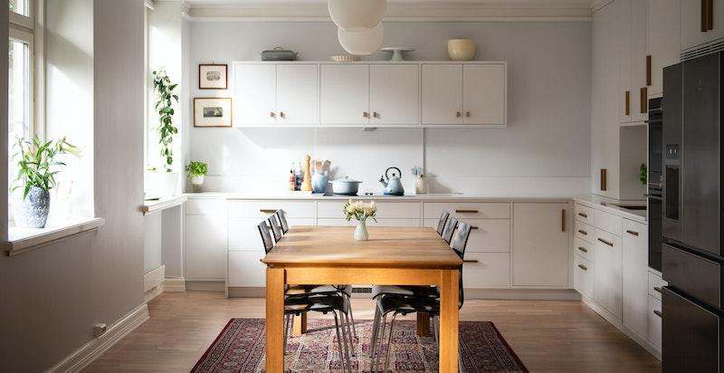 Integrerte hvitevarer inkluderer induksjonstopp med integrert ventilator, oppvaskmaskin og to ovner - stekeovn med dampfunksjon og en kombinert stekeovn/mikro. Alt fra Siemens.