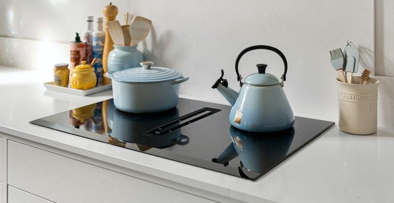 Moderne platetopp med integrert kjøkkenvifte