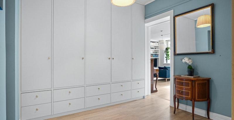 Hall med gulv-til-tak integrert snekkerbygget garderobe (fra 2020)