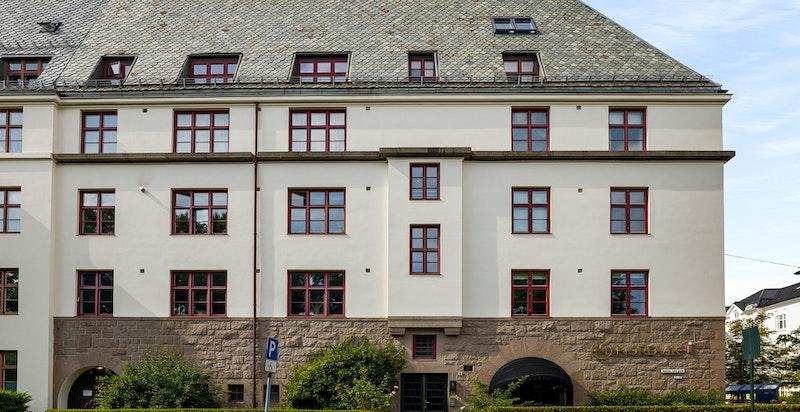 Rett på fasaden - leiligheten begynner ved vindu 3 fra gatehjørnet øverste etasje