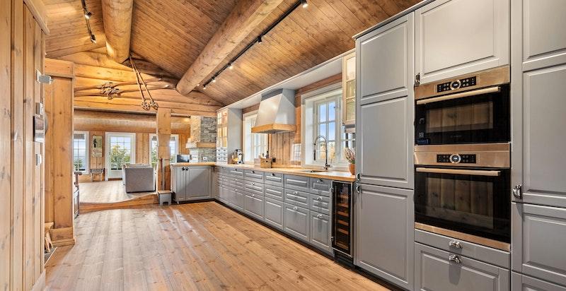 Kjøkkenet utstyrt med komplett sett av integrerte hvitevarer, blant annet vil vi nevne bred induksjonstopp, stekeovn, kombiovn, kjøl/frys, oppvaskmaskin og vinskap.