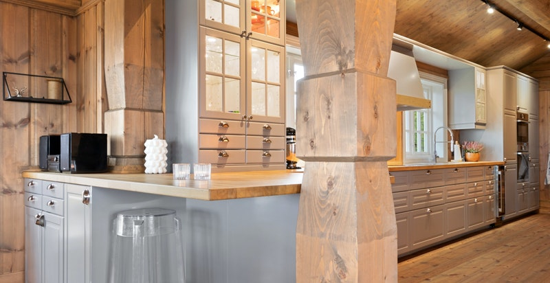 Hytten kan by på pene byggtekniske detaljer som bla. utskåret bærestolper.
