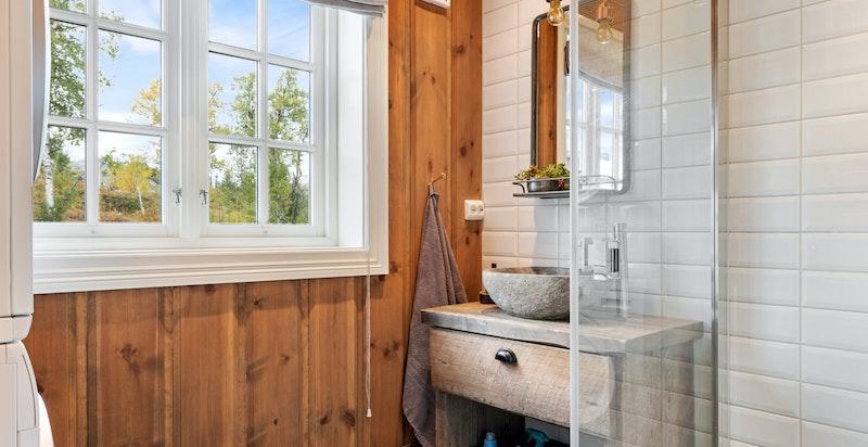 Baderom nr to har like innredning som hovedbad, i tillegg er det opplegg til vaskemaskin og tørketrommel.