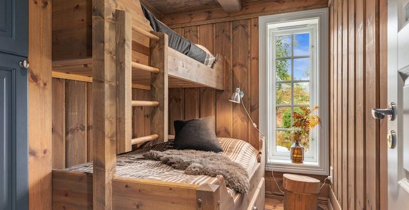 Soverommene, som ligger tilbaketrukket i forhold til entré og oppholdsrom, har både godt lysinnslipp og et godt soveklima.