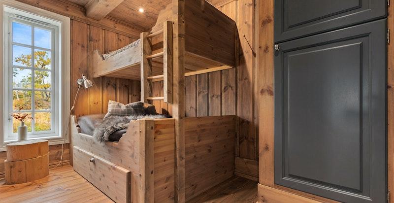 Soverommene har god skapplass.