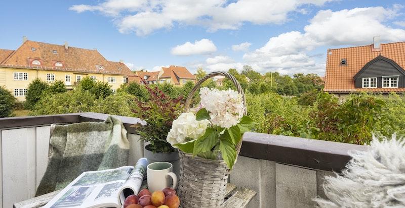 Boligen har utgang til en hyggelig balkong med nydelig utsyn over nabolaget.