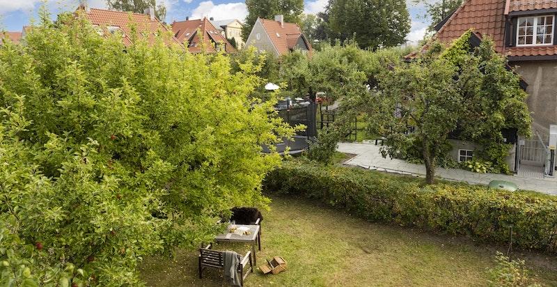Boligens hageparsell ligger skjermet og tilbaketrukket fra støy og innsyn.