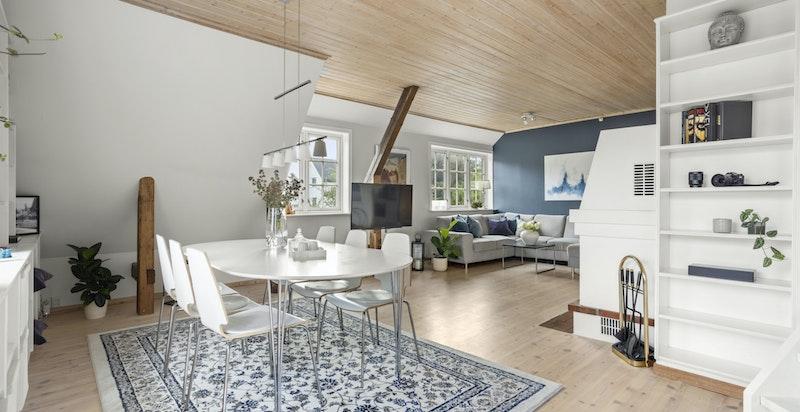 Stuen har god plass til både sofaseksjon og spisebord med flere møbleringsmuligheter.