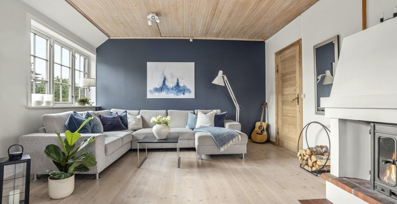 Innvendig har boligen en god rom- og planløsning som går over 2.etasje og utbygget loft.