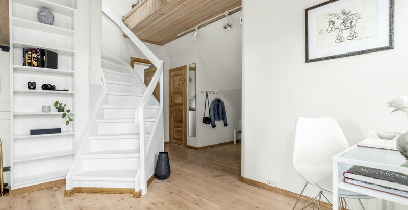 Videre opp i boligens loftsetasje finner man loftsstue som i dag brukes som soverom, baderom og ett øvrig soverom.