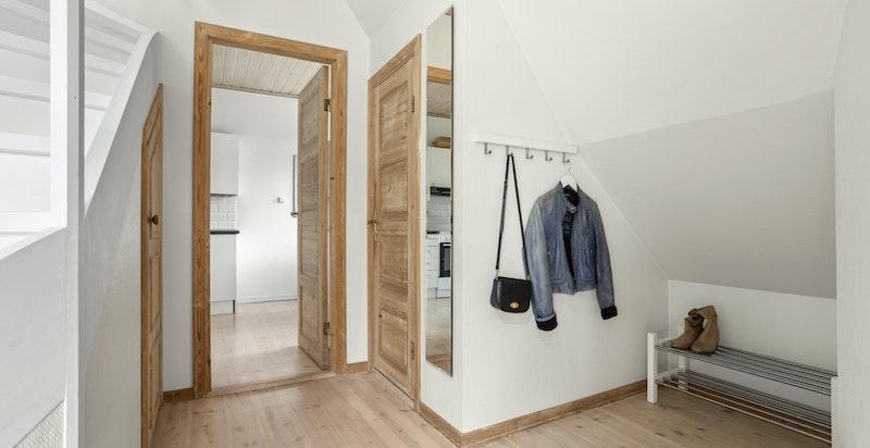 Entréen i 2.etasje har god plass til oppbevaring av sko og yttertøy.