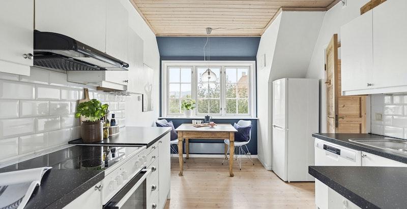 Kjøkkenet er av noe eldre dato, men holder en lys og tidløs innredning.