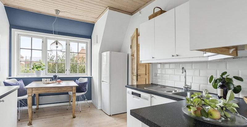 Kjøkkenet er utstyrt med laminat benkeplate, fliser over benk, kullfiltervifte og nedfelt kum.