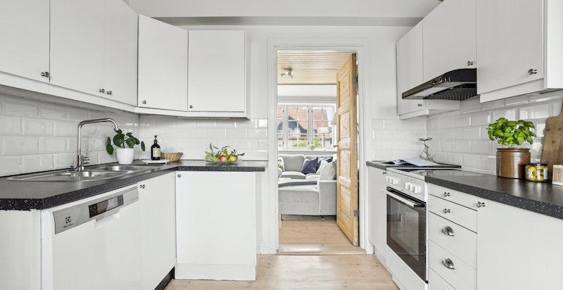 Kjøkkenet er av god størrelse, og ligger med en fin og praktisk tilknytning til stuen.