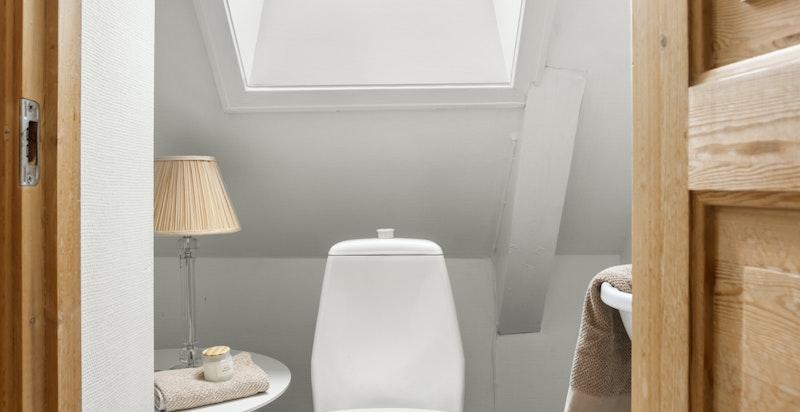 Toalettrommet er ustyrt med wc og servant, og passer ypperlig for gjester.