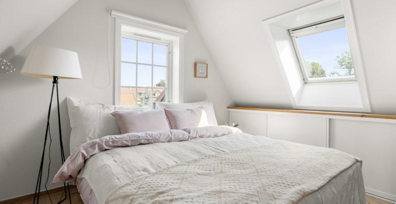 Rommet oppleves svært lyst med flere vindusflater som slipper inn rikelig med naturlig sollys.