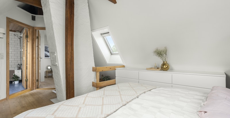 Loftsstuen fungerer ypperlig som et ekstra oppholdssted, og er i dag innredet til soverom.