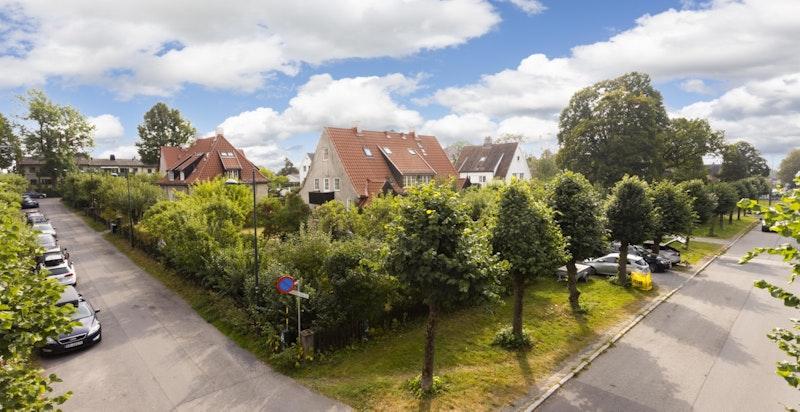 Beliggenheten i John Colletts allé er svært god med kort vei til Ullevål skole, barnehager, Damplassen og en rekke øvrige servicetilbud.