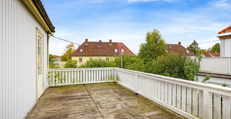 Terrassen har gode solforhold og hyggelig utsyn til nabolaget.