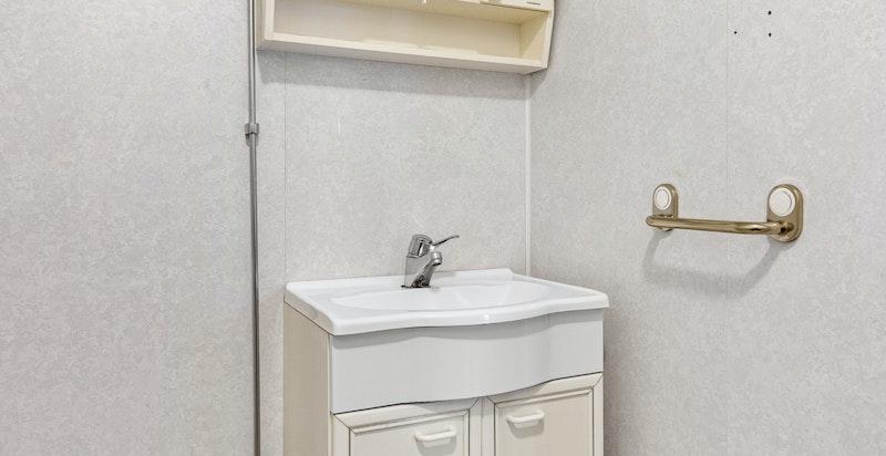 Det er felles vaskekjeller med plass til egen vaskemaskin.