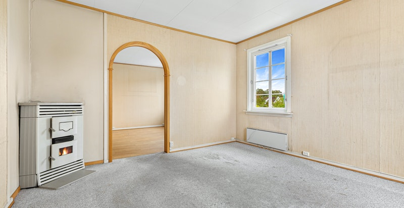Stuen har en eldre og sjarmerende parfin kamin i stuen. Det gjøres oppmerksom på at det ikke lenger er tillatt å benytte mineralolje til oppvarming.