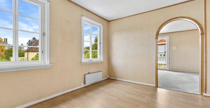 Innvendig holder boligen en eldre standard hvor oppussing må påregnes.