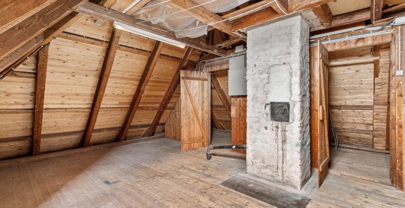 Det tilhører to boder på loft, samt del av loftsareal. Totalt areal er målt til ca. 19 kvm.