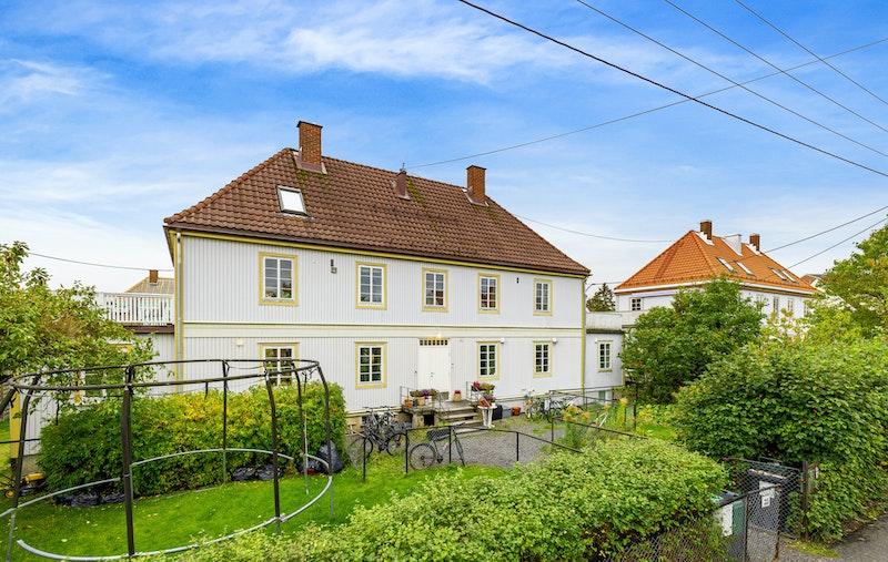 Boligen ligger i 2.etasje i en hyggelig og attraktivt firemannsbolig i Tåsen Hageby.