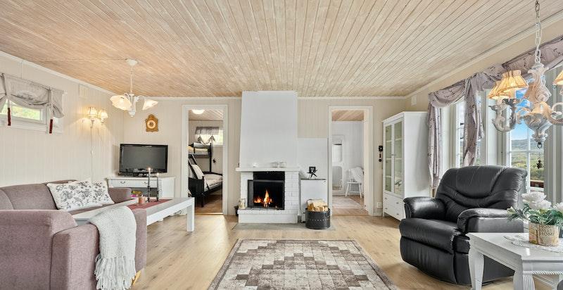 Lys og hyggelig stue med peis