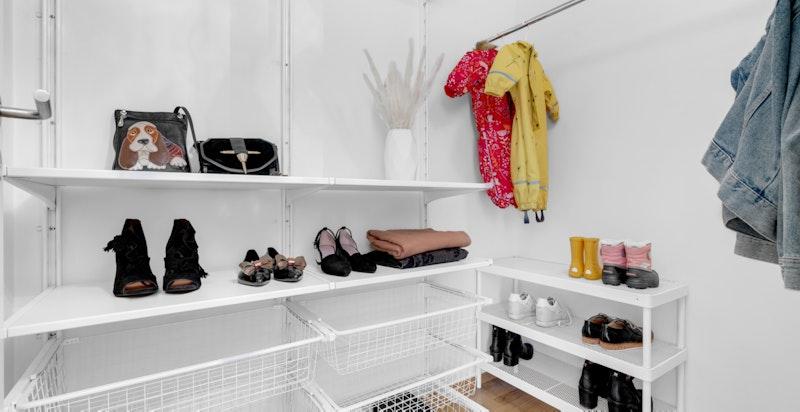Fra entreen er det direkte adkomst til innvendig bod, som også kan benyttes som walk-in-garderobe.