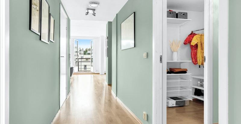 Planløsningen er gjennomgående og arealeffektiv med adkomst til alle rom fra gangen.