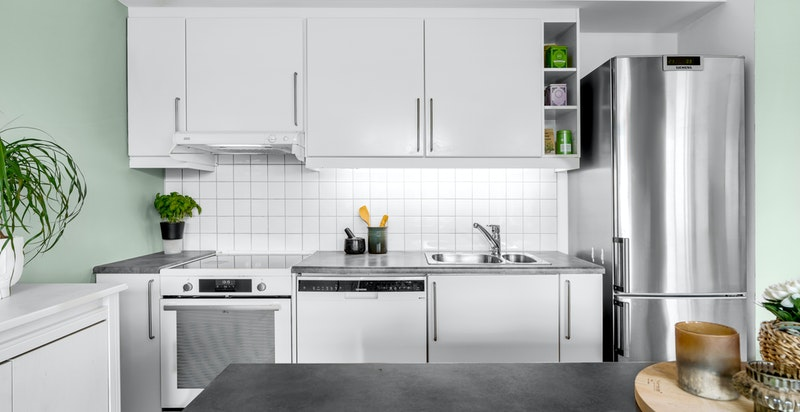 Kjøkkenet er praktisk designet med god benke- og skapplass.