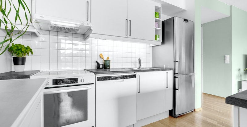 Det er opplegg til vaskemaskin samt nisje til komfyr og kjøleskap.