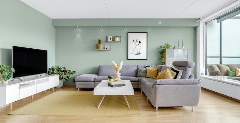 Leiligheten er malt i en delikat fargepalett og det er eikeparett på gulv.
