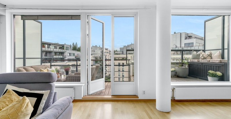 Fra stuen er det utgang til verandaen, som i sommermånedene fungerer som et ekstra rom.