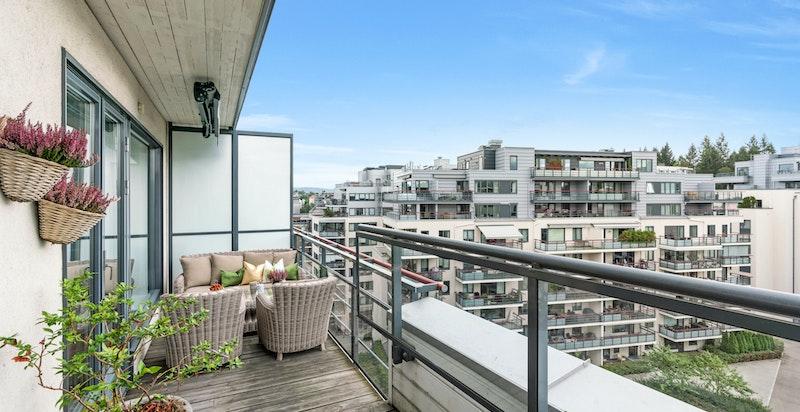 På verandaen er forholdene lagt til rette for solbading, grilling og hyggelige kvelder.