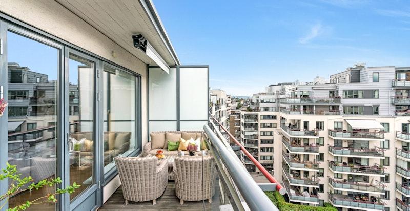 Leiligheten har en solrik sydvestvendt veranda på 13 kvm.