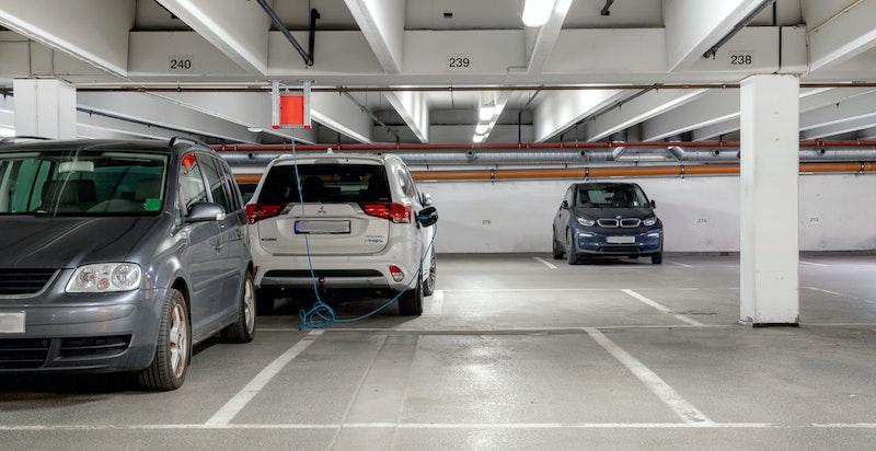 Det er heisadkomst til garasjekjeller med fast parkeringsplass som medfølger boligen.