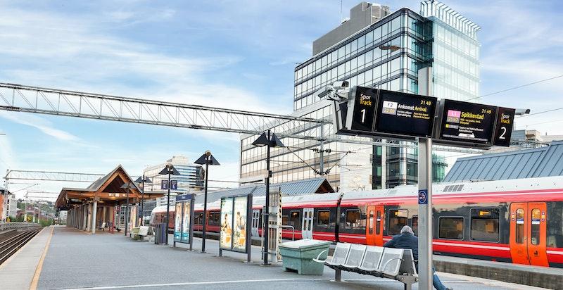 Skøyen har et bredt kollektivtilbud med trikk, buss og tog. Skøyen stasjon ligger kun 240 meter fra boligen.