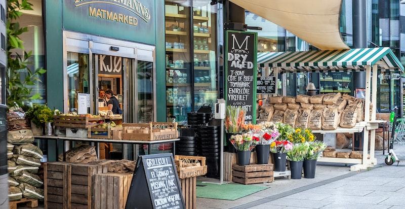 Populære Machmanns matmarked ligger rett over gaten med en bugnende ferskvaredisk, brasseri, bakeri og førsteklasses pizza.