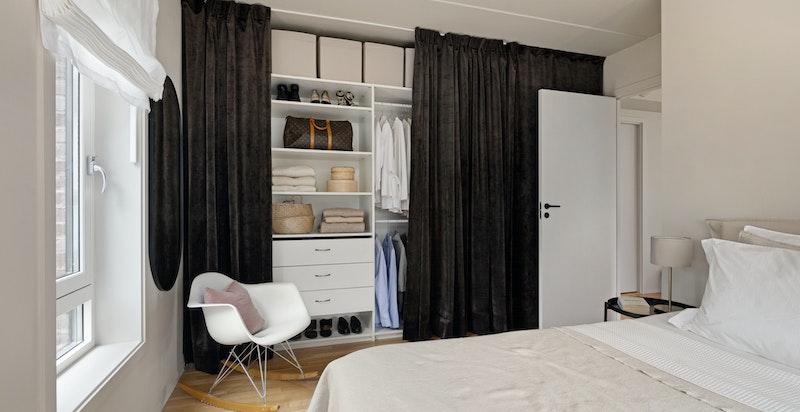 Innholdsrik garderobeløsning i hele rommets bredde