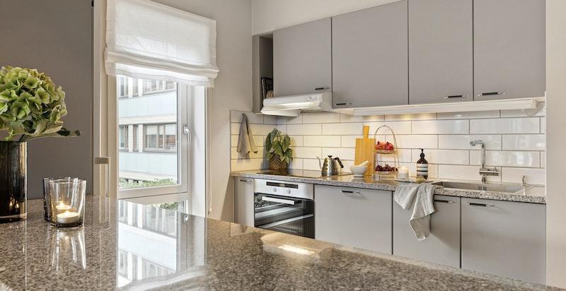 Kjøkkennøy fungerer som ekstra sosial sone og gir plass til flere på kjøkkenet samtidig