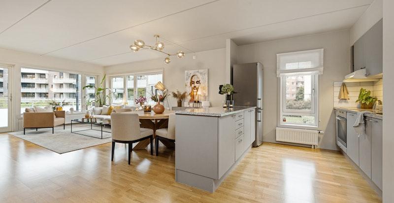 Åpen, luftig og sosial løsning med kjøkken tilknyttet spiseplass og stue